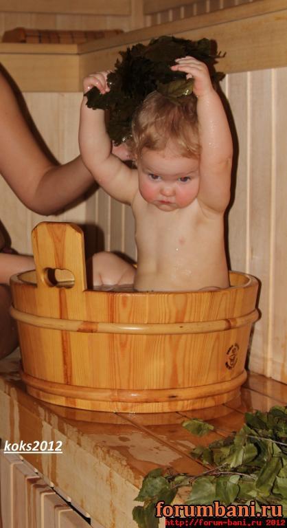 Мама моет сыновей в бане